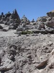 Sur les pics, on empile traditionnellement quelques pierres en formulant un voeu, comme ici, à 4 800m