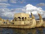 Bateau de roseau des îles Uros